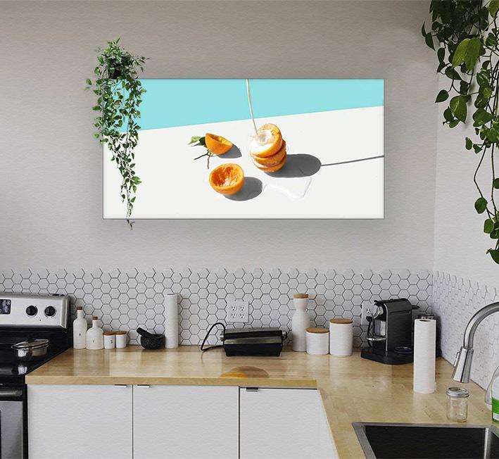 Küche mit einem beleuchtetem Wand-Poster
