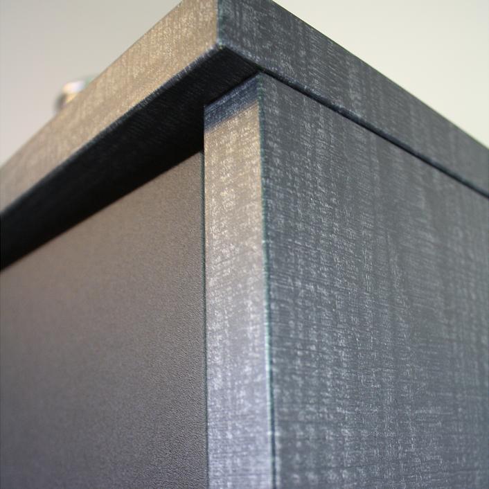zu sehen ist ein ausschnitt einer neu folierten küche, grau-meliert und schwarz-matt